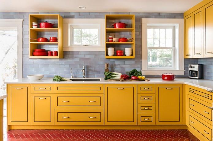кухня с желтым гарнитуром и белой столешницей