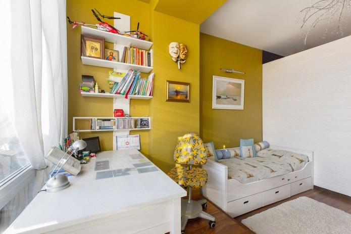 желтая стена в детской