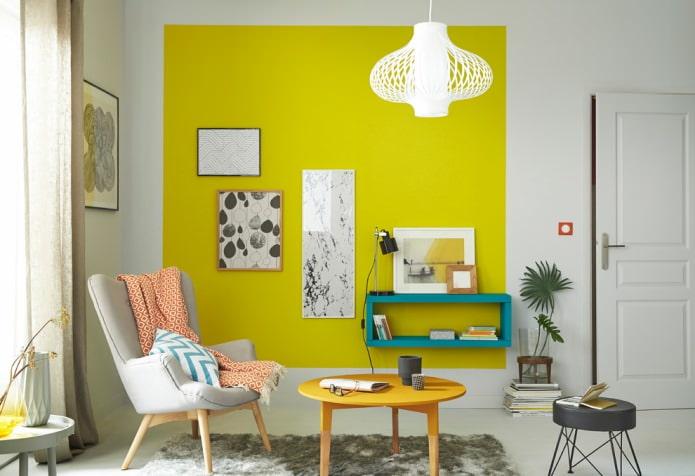 Современный стиль в комнате с желтой стеной