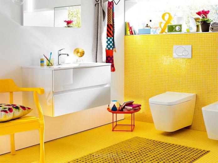 желтый пол в ванной