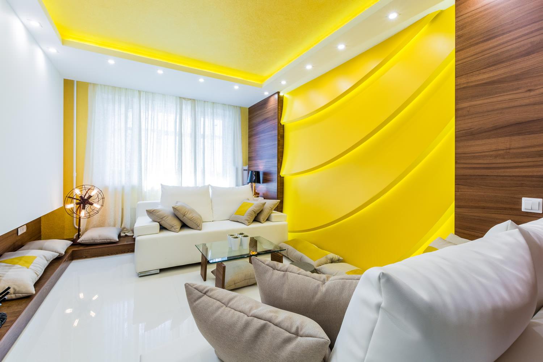 Желтый потолок в интерьере фото