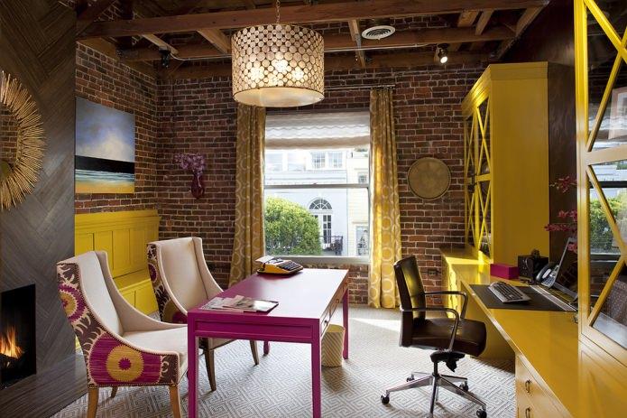 Шкаф для книг в желтом цвете