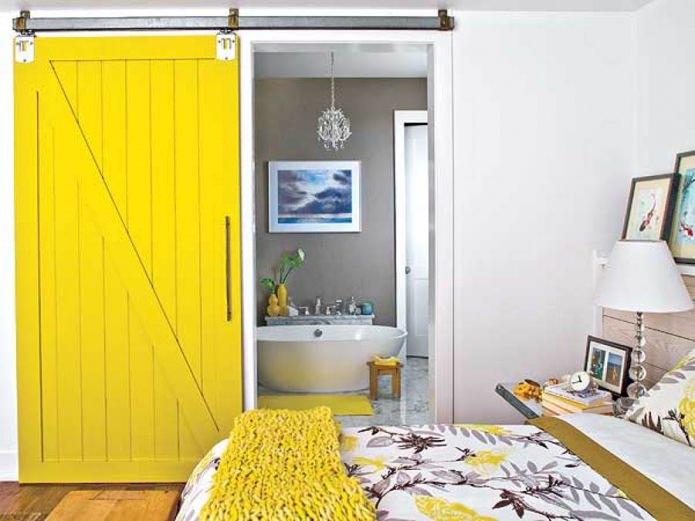 ярко-желтая раздвижная дверь