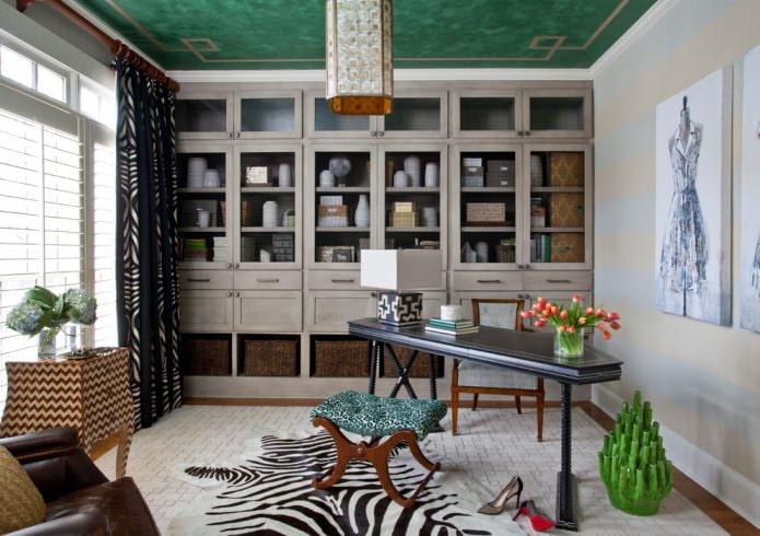 зеленый потолок и серые стены