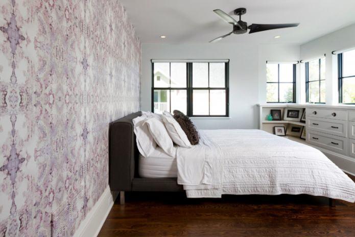 Серо-сиреневые стены в спальне