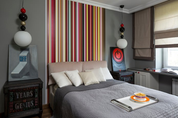 разноцветная полосатая стена у изголовья кровати