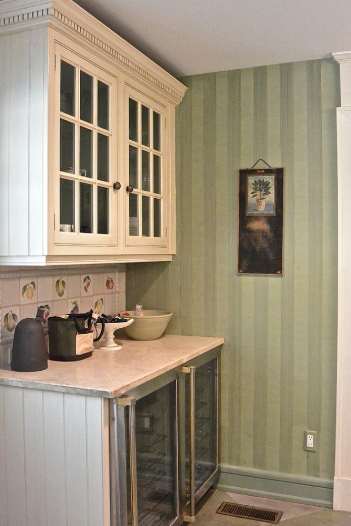зеленые полосатые обои на кухне