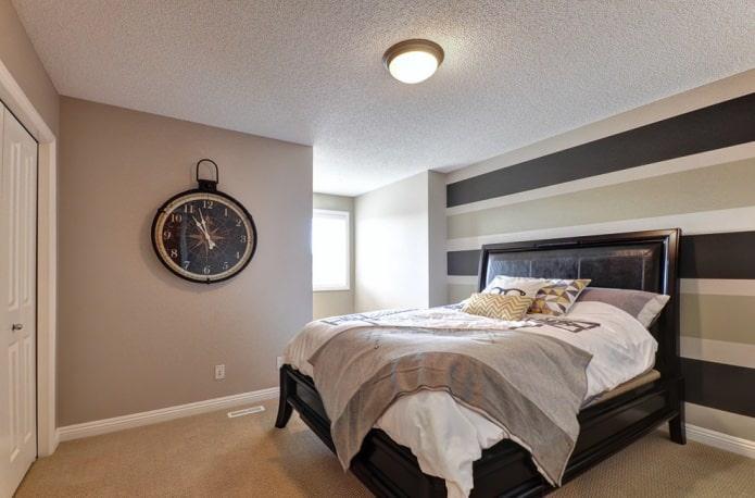 Коричневая полоска на стенах в спальне