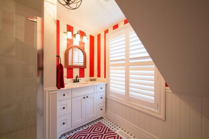 Красная полоска на стенах в ванной