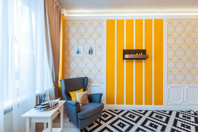 Оранжевая яркая полоска на стене