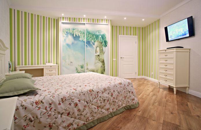зеленые полосатые обои в спальне