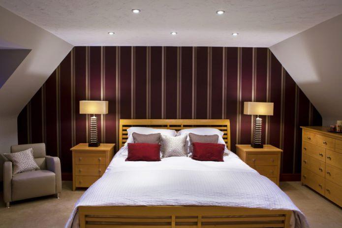 Бордовые полосы на стенах в спальне