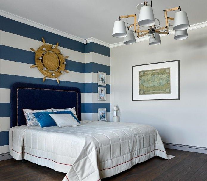 морской интерьер спальни с полосатыми обоями бело-синего цвета