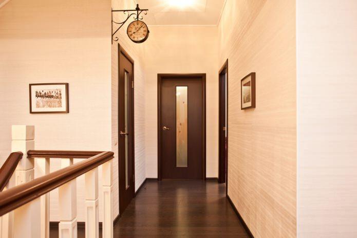 темно-коричневые двери и пол