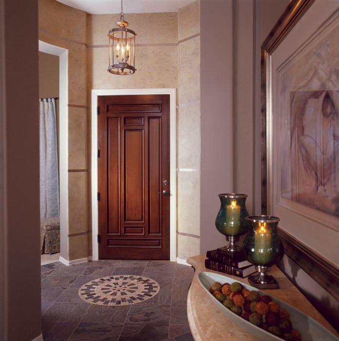 массивные двери с резным узором в интерьере классической прихожей
