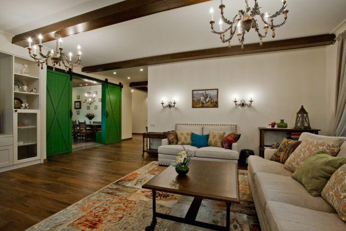 сочетание зеленых дверей и темного напольного покрытия