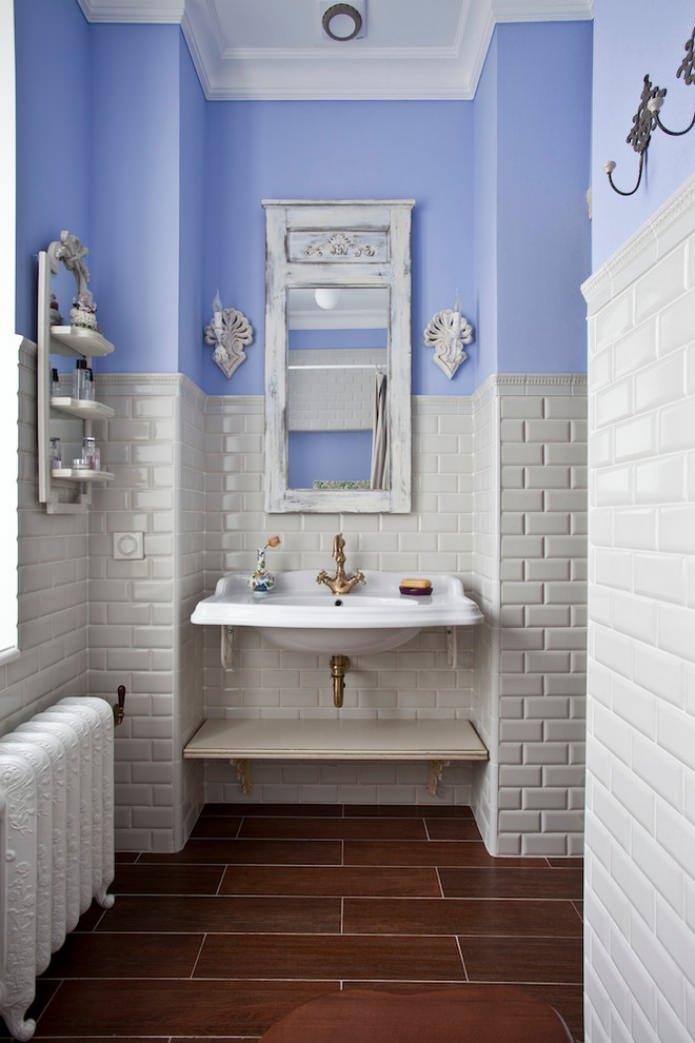 ванная с коричневой плиткой