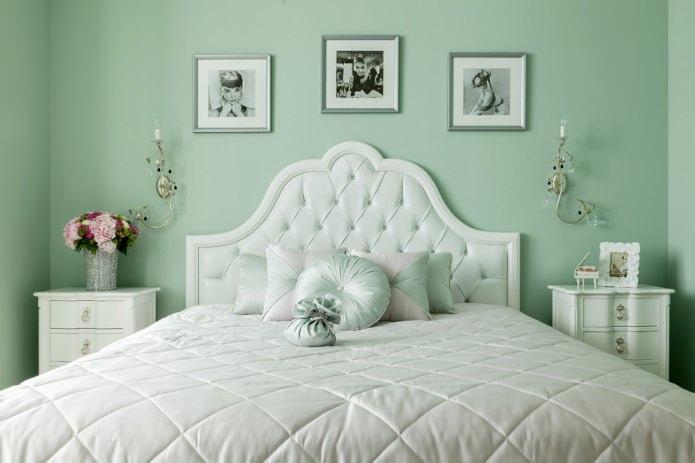 спальня с однотонными мятными стенами