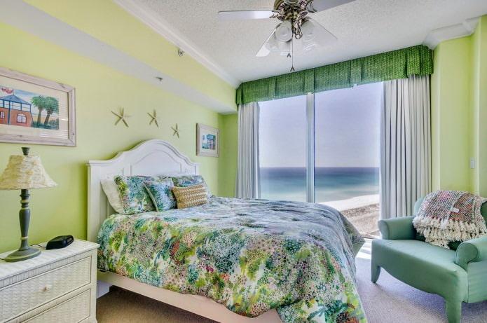 зеленая спальня с мятным креслом