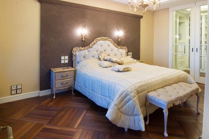 акцентная стена спальни сделана в технике потрескавшейся краски