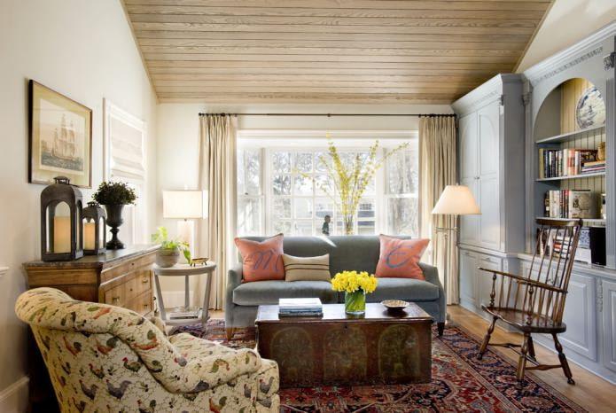 интерьер гостиной с деревянным потолком и однотонными светлыми стенами