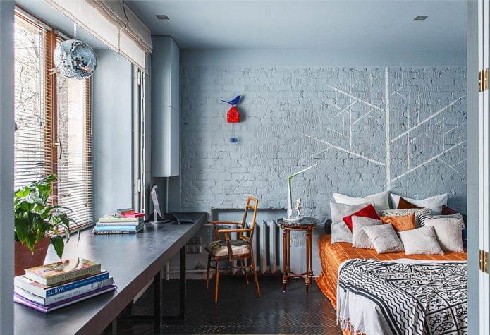 спальня с окрашенной кирпичной стеной