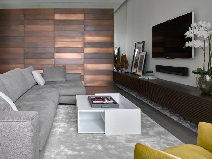 современная гостиная с матовой деревянной облицовкой одной из стен