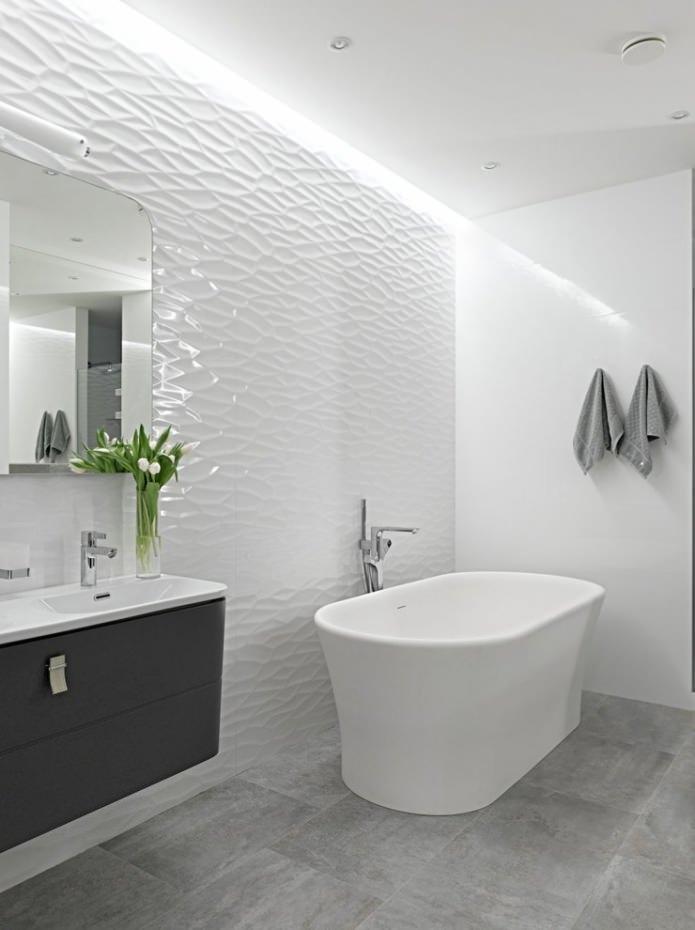 белые рельефные панели в ванной