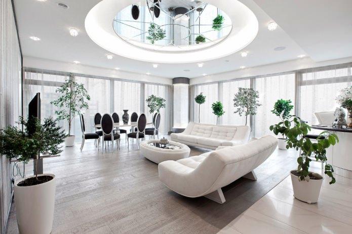белый потолок в зале
