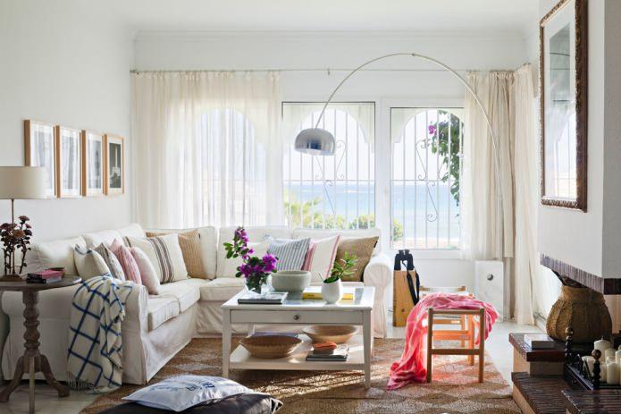 подушки в гостиной