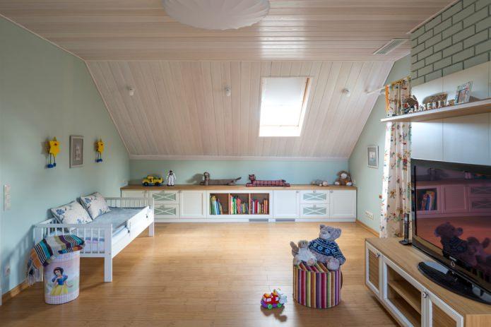 деревянная отделка мансардного потолка