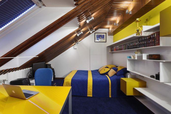 комната с низким мансардным потолком