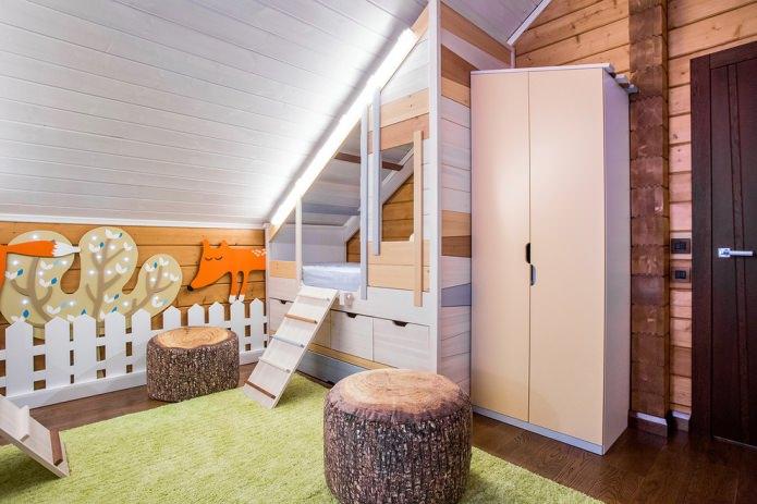 шкаф в комнате с скошенной крышей