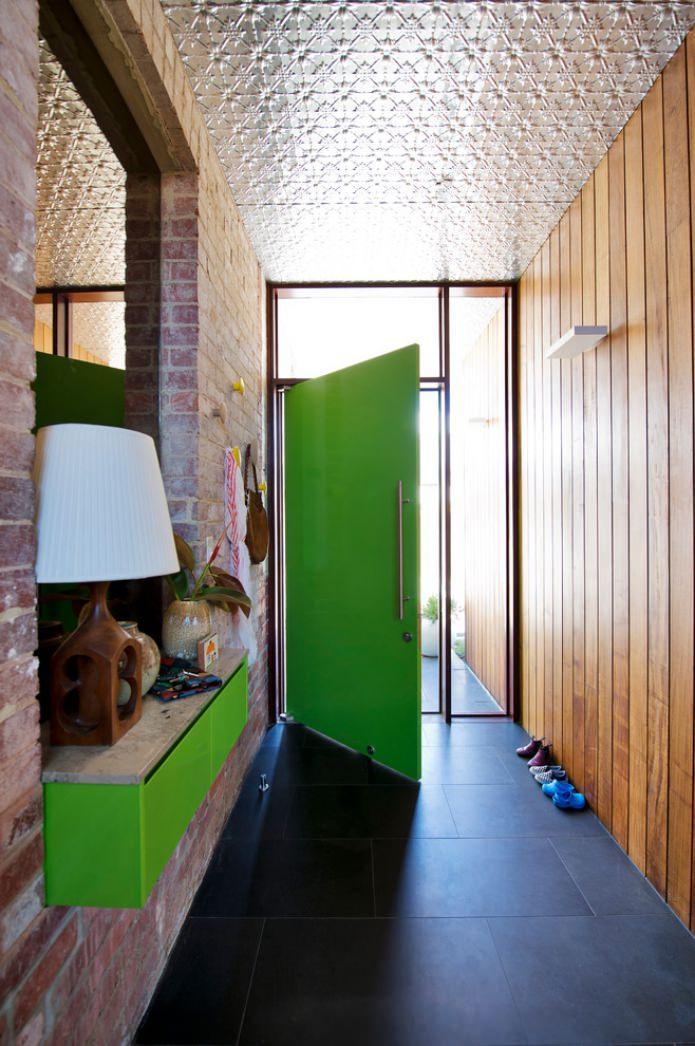 кирпичная и деревянная отделка стен