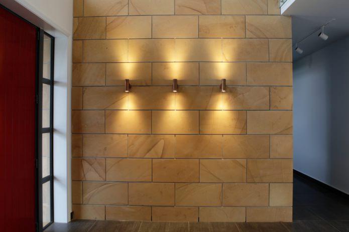 коричневая плитка под камень на стене