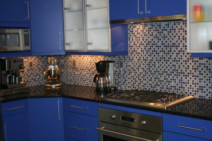 угловая кухня с фасадами из ДСП