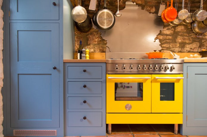 желтый фасад духового шкафа на синей кухне