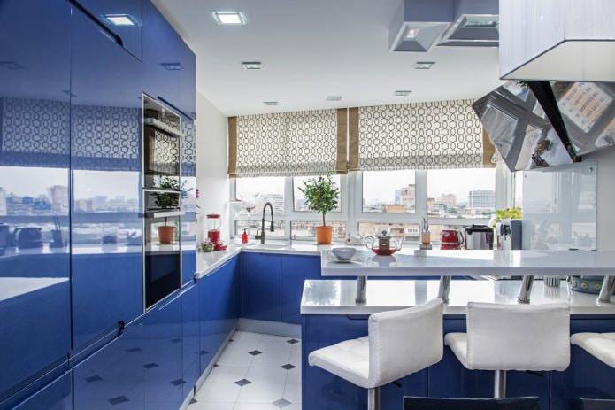 бежевый шторы на синей кухне