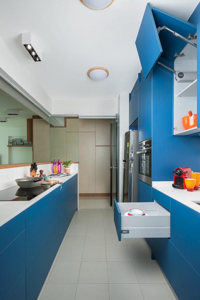 светло-синий гарнитур в минималистичном стиле