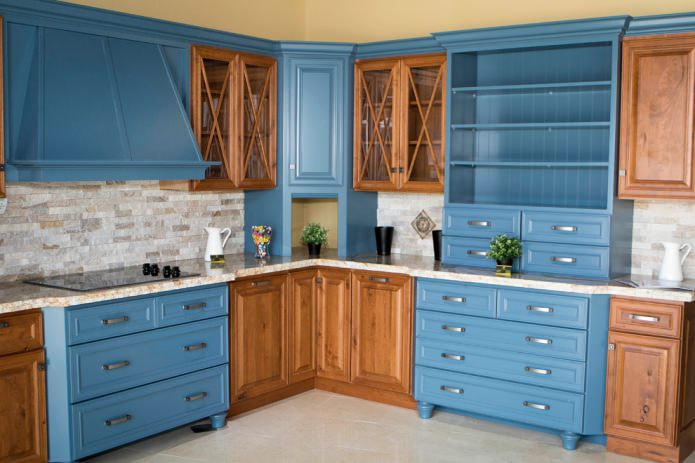 коричневые шкафы в интерьере кухни