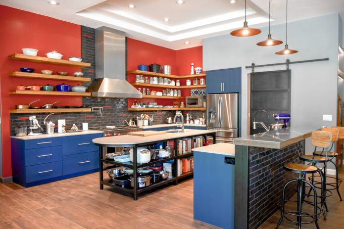 красная стена со светло-синими кухонными шкафами