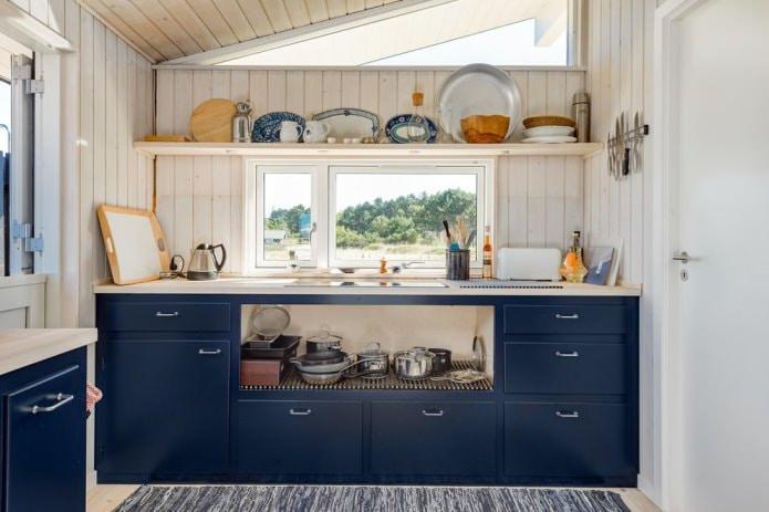 синяя кухня со стенами отделанными доской