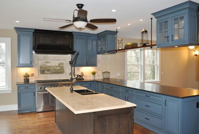 столешница из дсп на бело-синей кухне