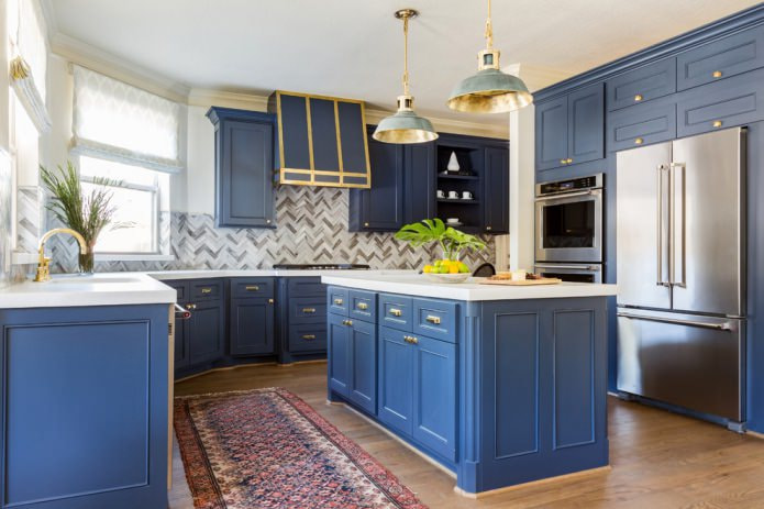 бело-синяя кухня с островом