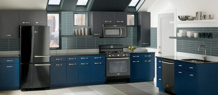 верхние шкафы кухни в графитовом цвете с темно-синим фасадами