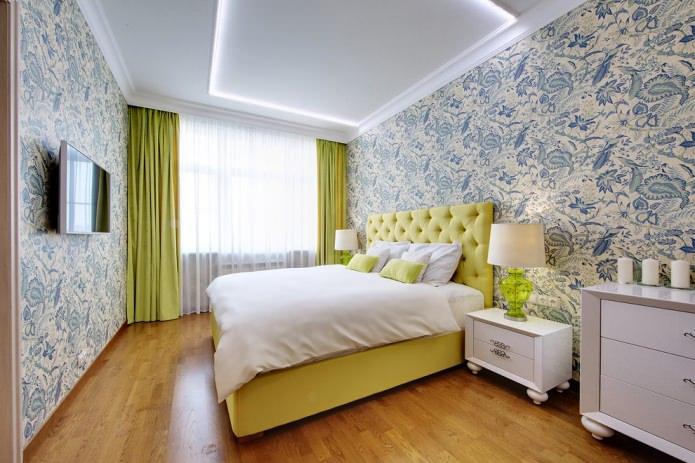 кровать и шторы в салатовых тонах