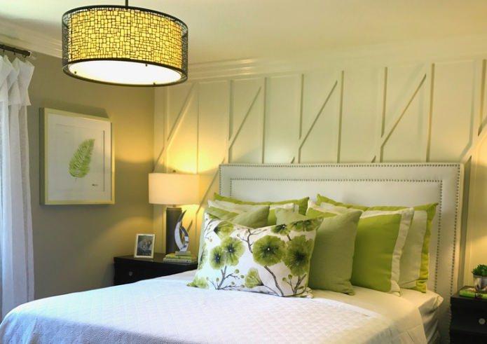 салатовые подушки в спальне