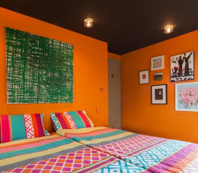 яркие оранжевые стены в спальне