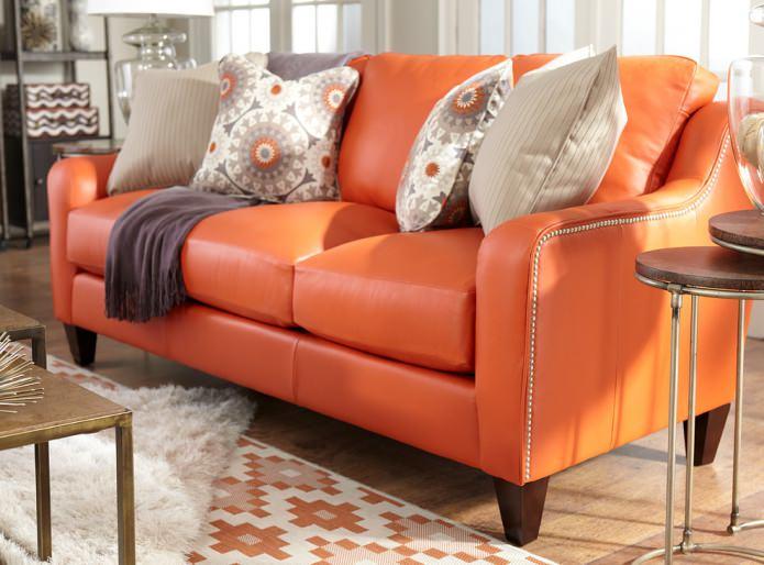 оранжевый кожаный диван