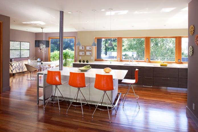 оранжевые стулья в кухне